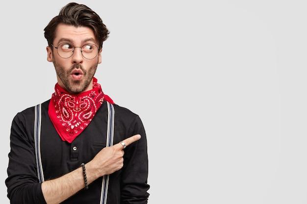 Homme brun élégant portant un bandana rouge