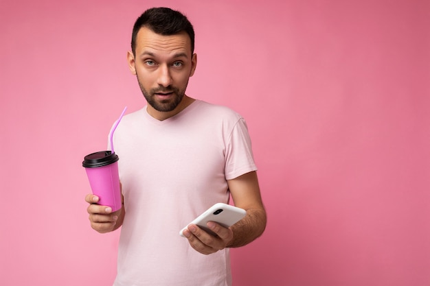 Homme brune mal rasée avec barbe portant un tshirt rose clair tous les jours