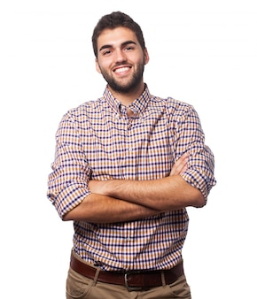 Homme brunet positif avec les bras croisés