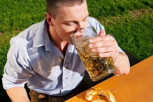 Homme buvant de la bière