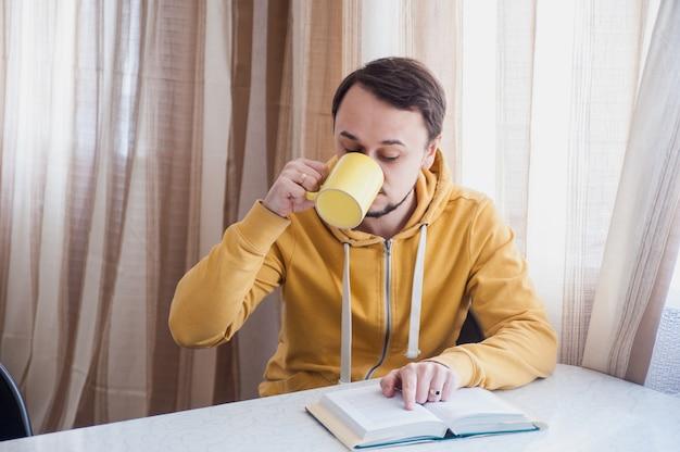 Homme buvant du café chaud et lisant