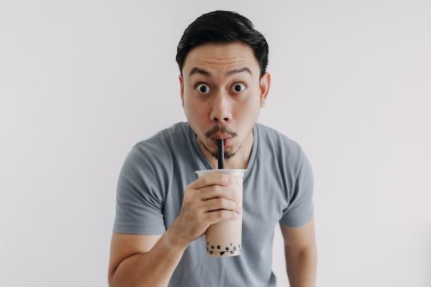 Homme buvant du thé boba ou du thé à bulles délicieusement isolé sur fond blanc