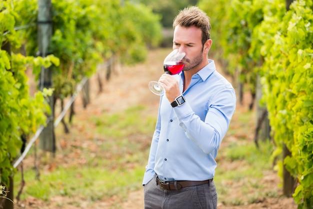 Homme buvant du vin rouge