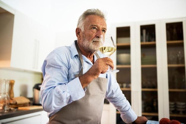 Un homme buvant un verre de vin