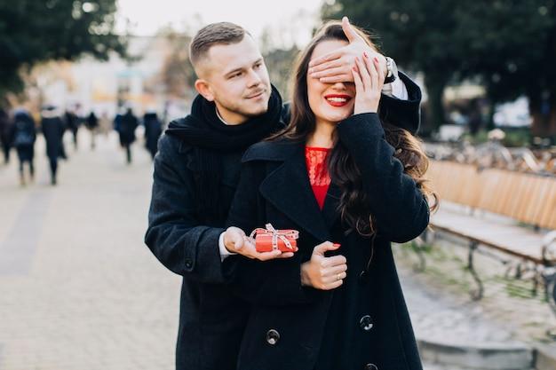 Homme avec cadeau surprenant jeune femme