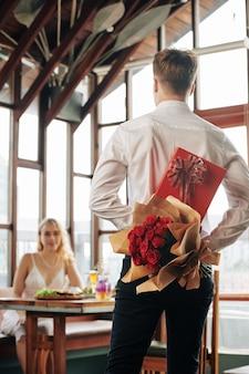 Homme avec des cadeaux pour petite amie