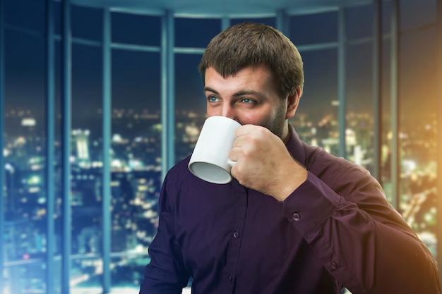 Homme, café buvant