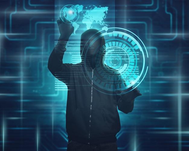 Homme cagoulé avec masque utilisant un écran virtuel pour pirater