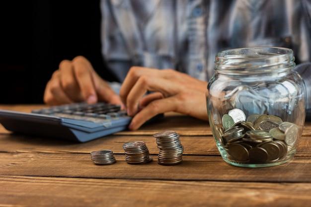 Homme calculant les économies mensuelles