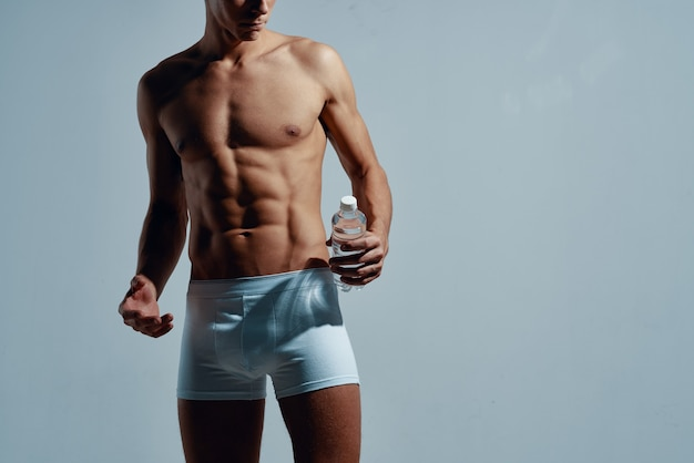 Homme en caleçon blanc gonflé corps fitness exercice musculation