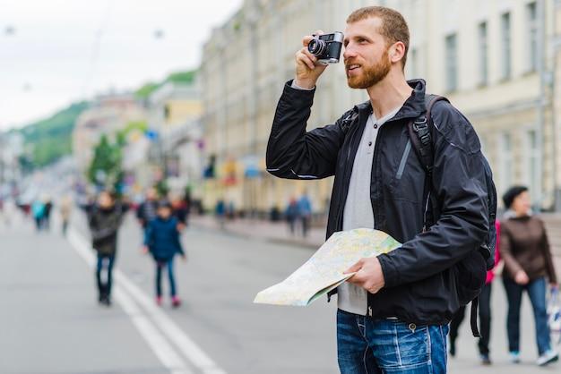 Homme avec caméra et carte