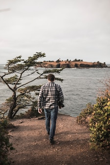 Homme avec caméra près de la rivière