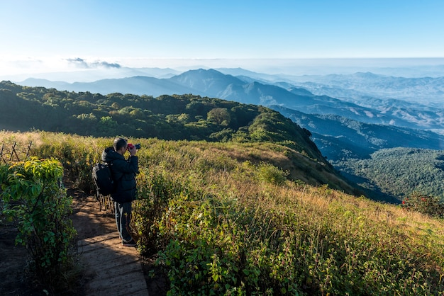 Homme avec caméra shoot viwe à kew mae parn viewpoint.doi inthanon chiang mai en thaïlande