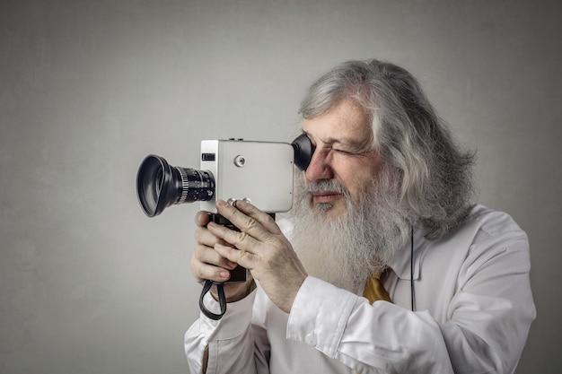Homme avec caméra vidéo vintage