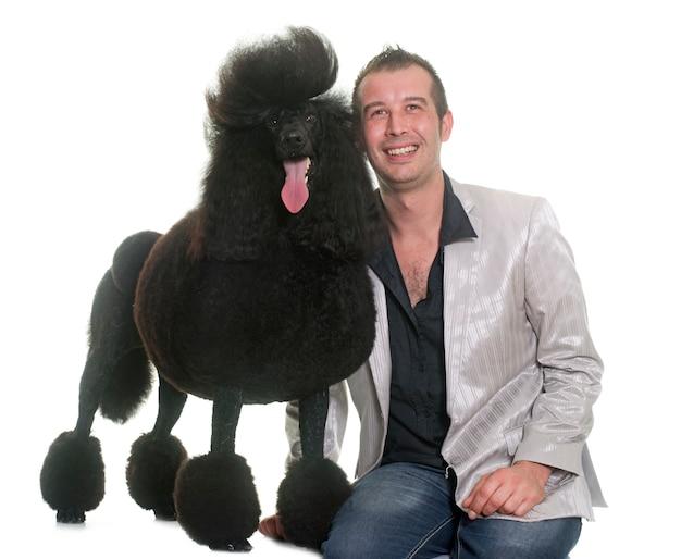 Homme et caniche noir standard