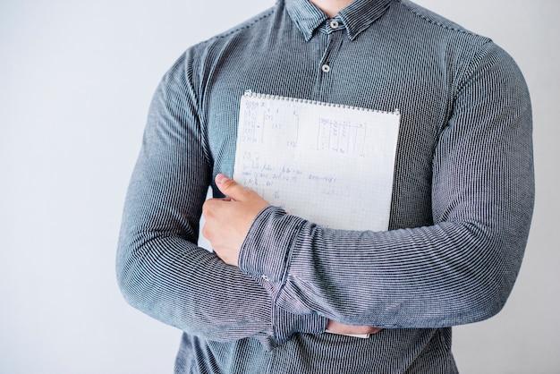 Homme avec carnet de croquis en studio