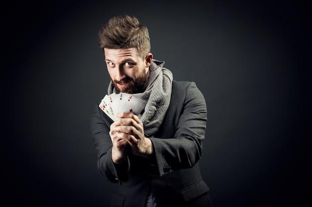 Homme avec des cartes à jouer