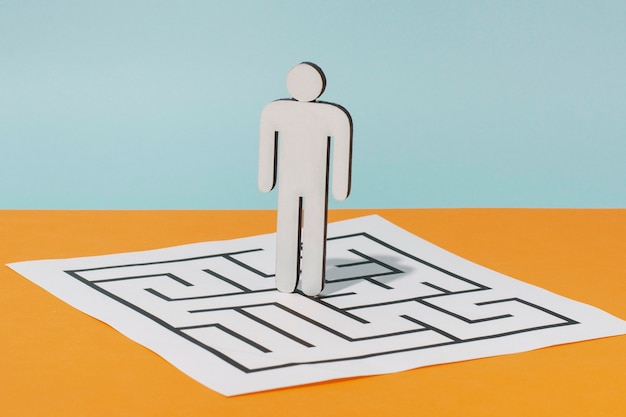 Homme En Carton Sur Papier Avec Puzzle Photo gratuit