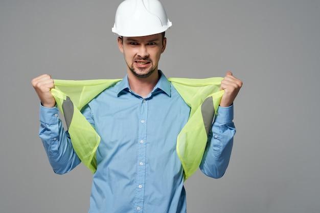 Homme en casque blanc blueprints builder fond isolé