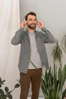 Homme avec un casque, écouter de la musique
