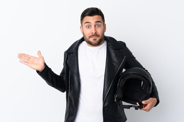 Homme avec un casque de moto ayant des doutes avec l'expression du visage confus