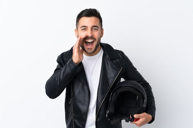 Homme avec un casque de moto criant avec la bouche grande ouverte