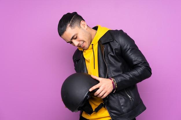 Homme avec un casque de moto violet