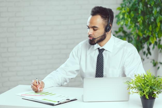 Homme avec un casque. opérateur de centre d'appel parlant avec le client
