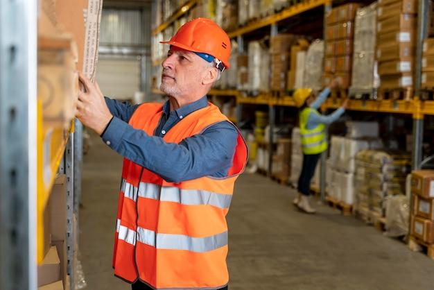 Homme avec casque travaillant dans l'entrepôt