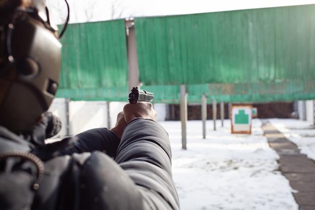 Un homme avec un casque vise la cible