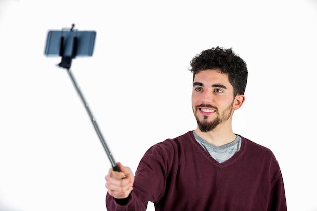 Homme casual prenant un selfie