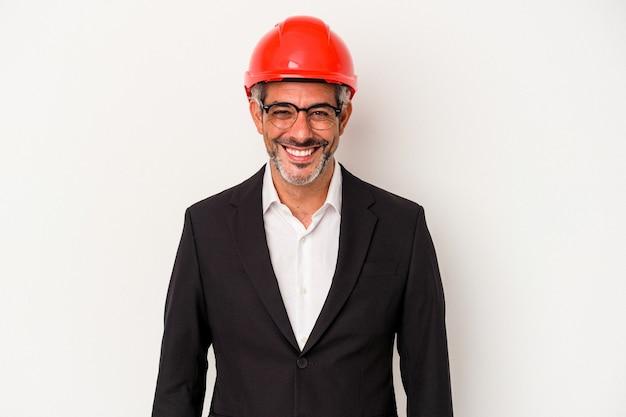 Homme caucasien d'architecte d'âge moyen isolé sur fond blanc heureux, souriant et joyeux.