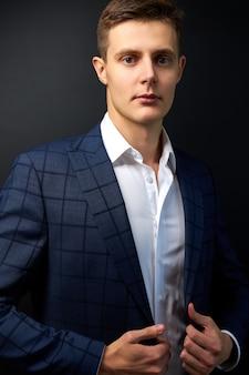 Homme caucasien attrayant en costume élégant formel