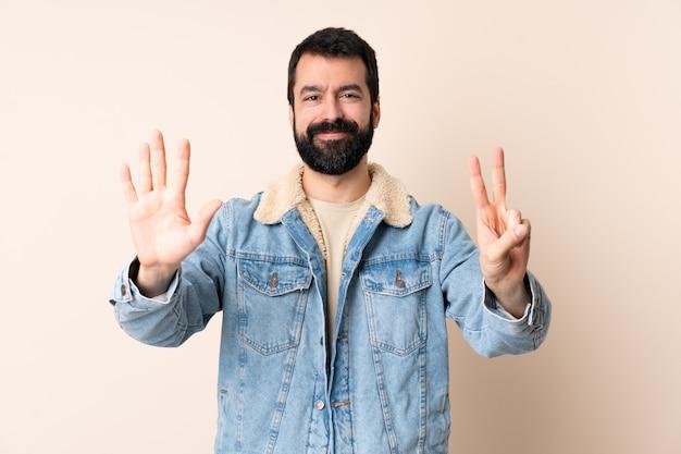 Homme caucasien, à, barbe, compter, sept, à, doigts