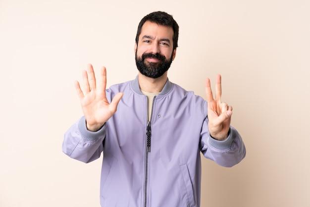 Homme caucasien, à, barbe, porter, a, veste, compter, sept, à, doigts
