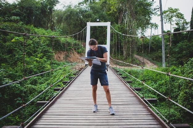 Homme caucasien confus, regardant une carte voyage