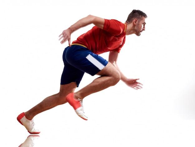 Un homme caucasien coureur jogger exécutant le jogging isolé sur blanc avec des ombres