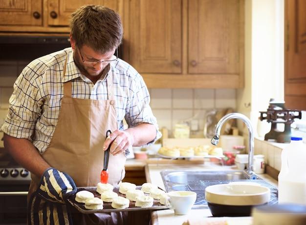 Homme caucasien, cuire des scones à la maison