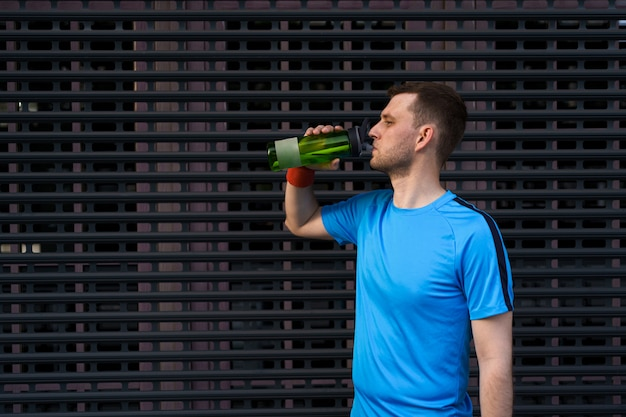 Homme caucasien, eau potable, pendant, exercices