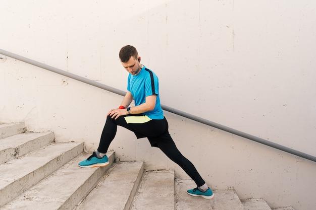 Homme caucasien étirement séance d'entraînement de la ville