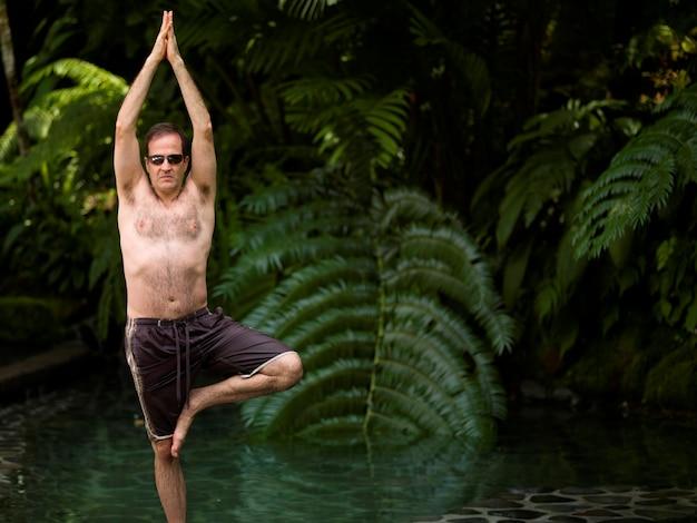 Homme caucasien, faire du yoga à bali