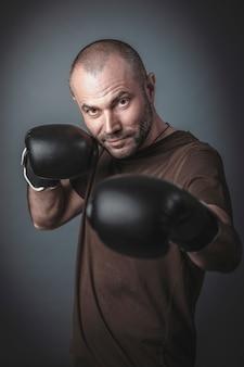 Homme caucasien, à, gants boxe