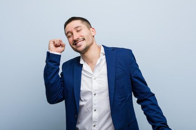 Homme caucasien de jeunes entrepreneurs danser et s'amuser.