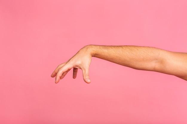 Homme caucasien, main, pendre, quelque chose, vide