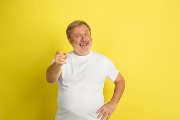 Homme caucasien pointant, vous choisissant sur jaune