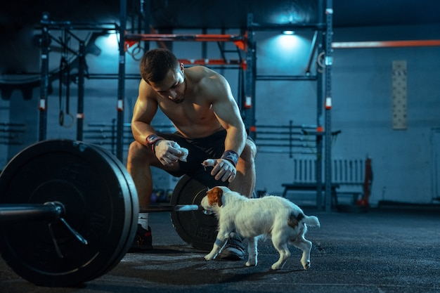 Homme caucasien pratiquant l'haltérophilie dans la salle de sport