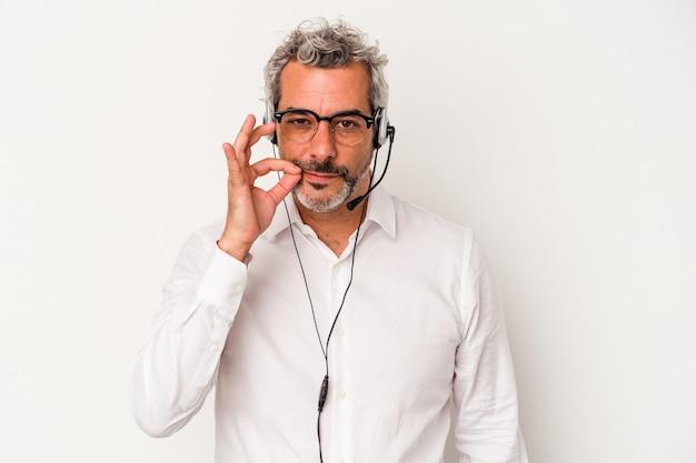 Homme caucasien de télévendeur d'âge moyen isolé sur fond blanc avec les doigts sur les lèvres gardant un secret.