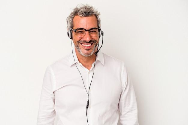 Homme caucasien de télévendeur d'âge moyen isolé sur fond blanc heureux, souriant et joyeux.