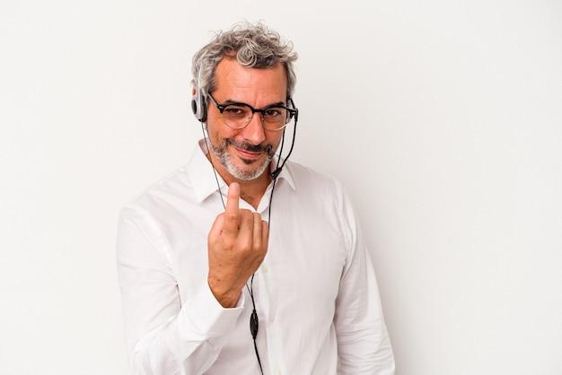 Homme caucasien de télévendeur d'âge moyen isolé sur fond blanc pointant du doigt vers vous comme s'il vous invitait à vous rapprocher.