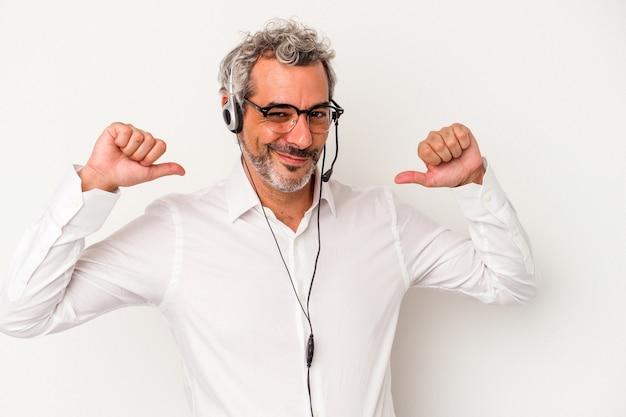 Un homme caucasien de télévendeur d'âge moyen isolé sur fond blanc se sent fier et confiant, exemple à suivre.